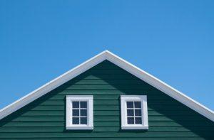 maison-verte-et-toit-blanc-avec-ciel-bleu-en-journee-ensoleillee_1428-519